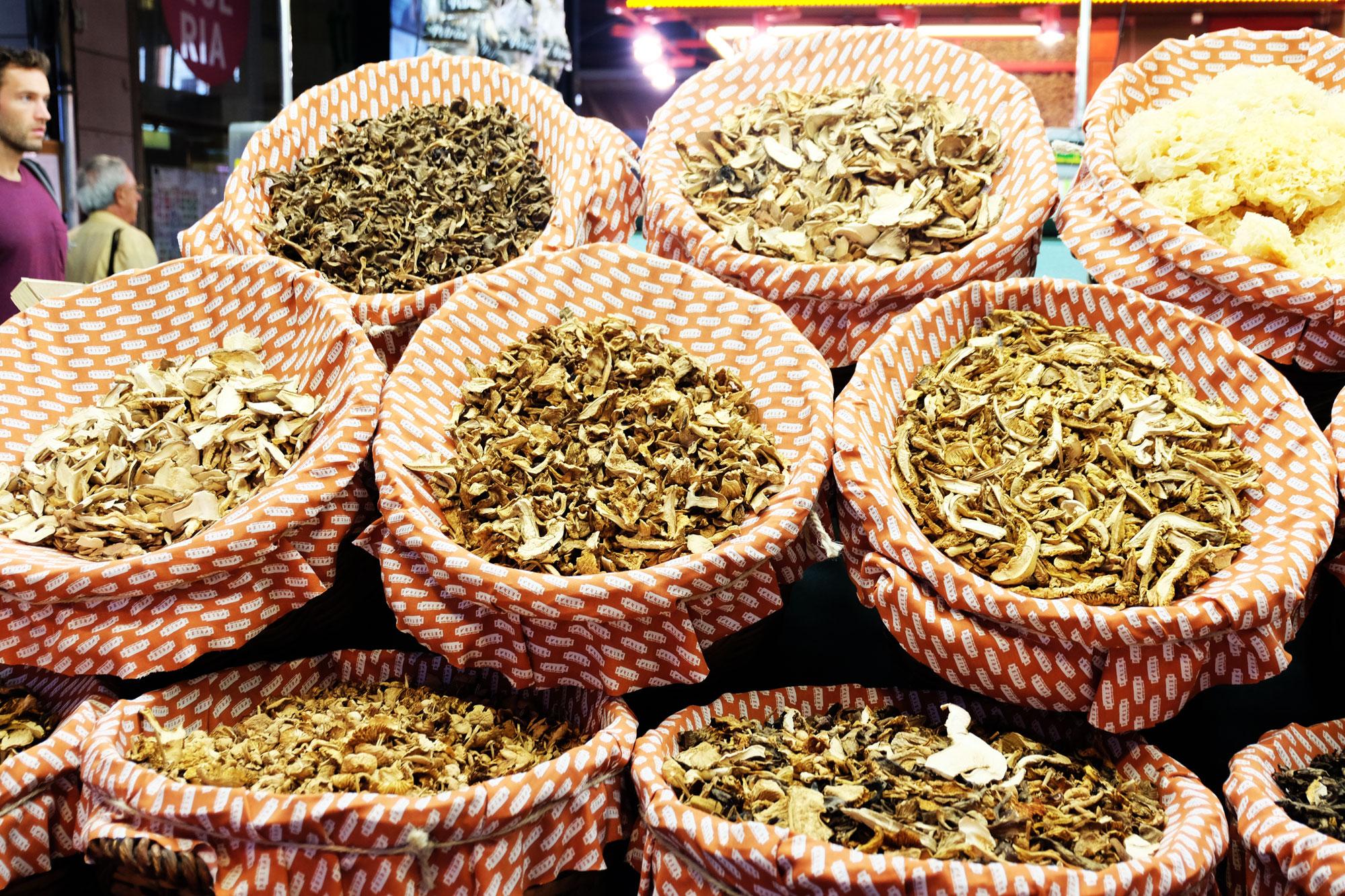 mercato-bouqueria-funghi