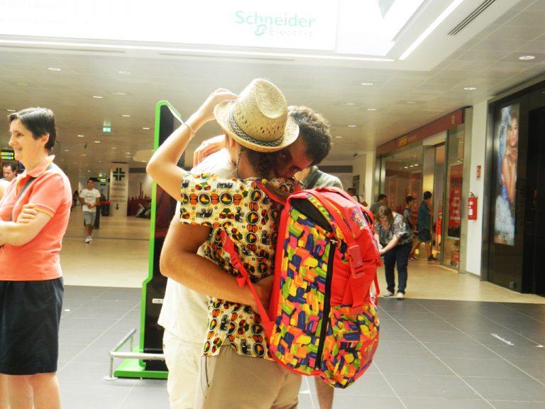 Abbraccio coppia aeroporto