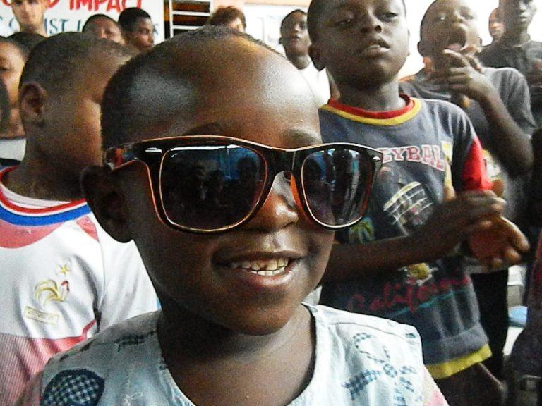 Bambino Congo occhiali