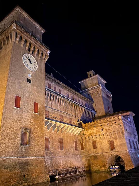 Castello Ferrara di notte