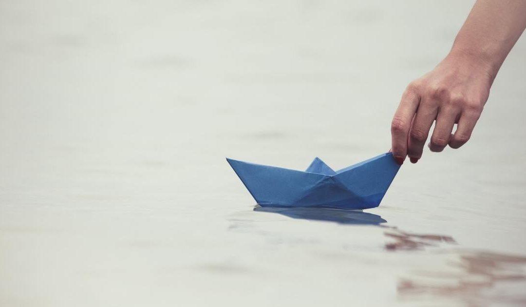 Su una barca di cartapesta